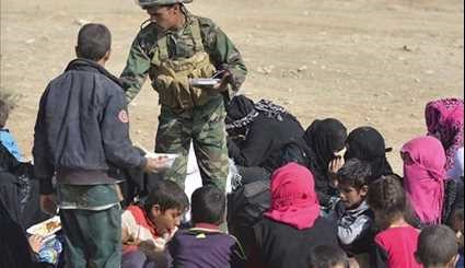 Iraqi Popular Forces Assist People Escaping from Mosul