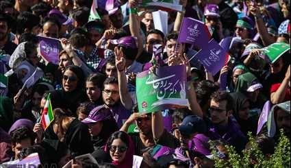 Rouhani visits supporters in Isfahan