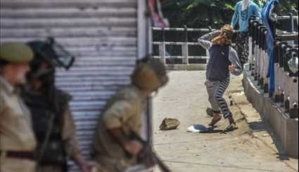 Kashmiri Protesters Clash with Indian Police, Paramilitary Troopers in Srinagar