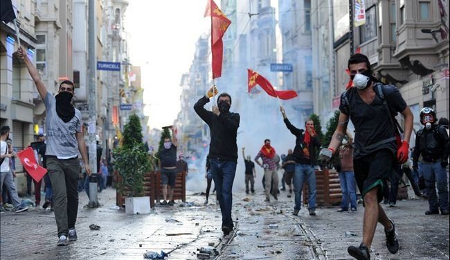 Police, protesters clash near PM office in Ankara
