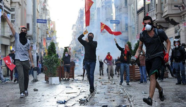 Turkish police attack Istanbul anti-govt. protesters