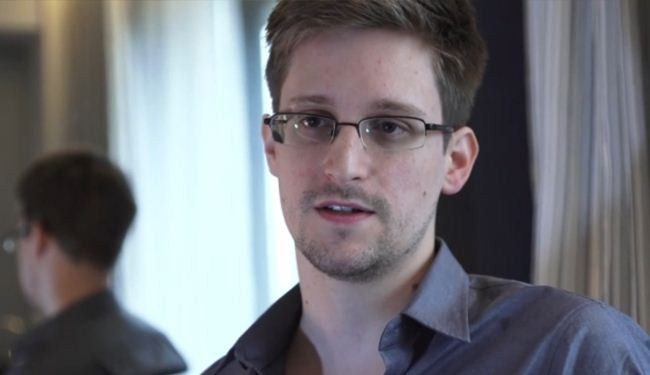 Snowden submits asylum request to Russia