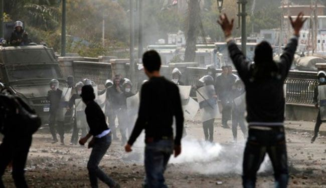 Egyptian soldiers attack student protesters