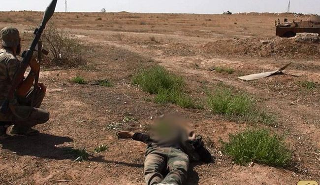 ISIL terrorists behead Syrian captives in Raqqa