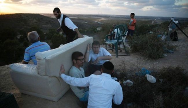 Retreat of fearful Zionist settlers near Gaza border