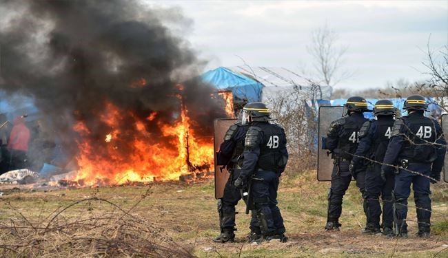 "France Demolishes Calais ""Jungle"" Camp under Britain's Pressure, Clashes Increased"