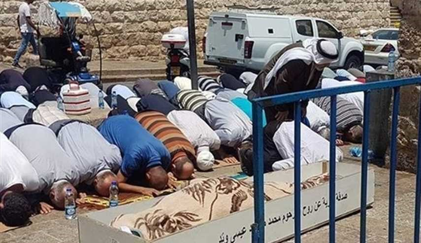Palestinians continue praying outside Al-Aqsa; Israel injures 20 in Al-Quds