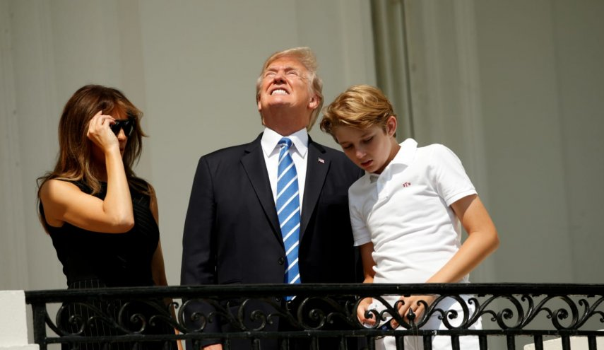 Trump looks at eclipse without glasses as aide shouts, 'Don't Look!'