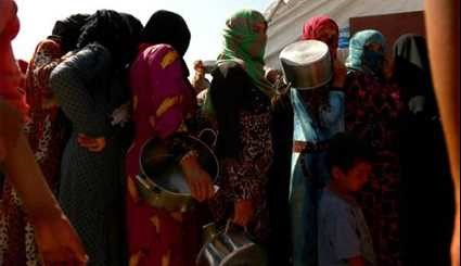 Displaced Syrians Waiting to Receive Food  in US Attacks on Raqqa