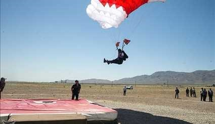 Qualifiers armed forces fall with a parachute on target