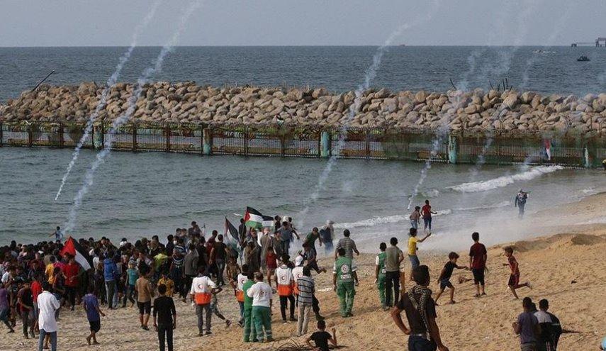 تظاهرات گسترده فلسطینی ها در نوار ساحلی غزه/ خبرنگار العالم زخمی شد